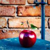 Grande Apple rosso maturo con le foglie verdi sulla tavola di legno d'annata. F Immagine Stock