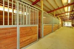 Grande arène avec des gammes de produits de cheval Photos libres de droits