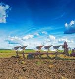 Grande aratro nel lavoro sul campo alla molla agricola Immagini Stock Libere da Diritti
