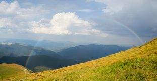 Grande arcobaleno nelle montagne Immagine Stock Libera da Diritti