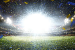 Grande arena di calcio di notte vuota con il flash immagini stock