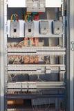 Grande armário elétrico do interruptor com interruptores e terminais imagens de stock royalty free