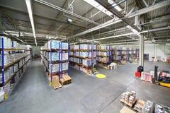 Grande armazém com as prateleiras na fábrica de Caparol Imagem de Stock Royalty Free