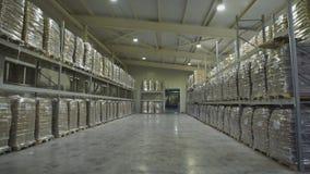 Grande armazém da mobília Shelving do mezanino com os grandes pacotes do alimento prontos para a expedição Atacadista do armazém filme