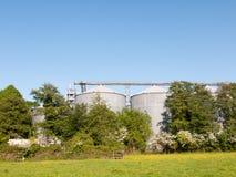 a grande arquitetura da construção da indústria da fábrica do malte atrás coloca a fotografia de stock