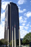 Grande arranha-céus alto com bandeiras Fotografia de Stock Royalty Free