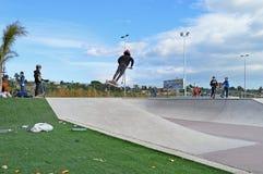 Grande assemblée pour l'ouverture d'un parc de patin Photo libre de droits