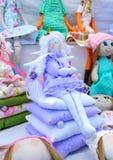 Grande assortimento delle bambole di straccio Bambole fatte a mano, tilde Giocattoli di Eco Fiera - una mostra degli artigiani pi fotografie stock