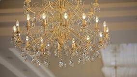 Grande candeliere a cristallo di lusso che appende nel palazzo