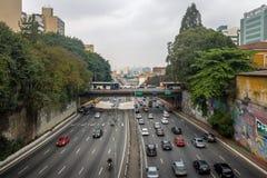 Grande avenida que cruza a avenida de Liberdade na vizinhança japonesa de Liberdade - Sao Paulo, Brasil Imagem de Stock