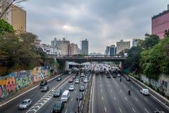 Grande avenida que cruza a avenida de Liberdade na vizinhança japonesa de Liberdade - Sao Paulo, Brasil Fotos de Stock