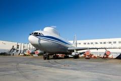 Grande avião branco com linha azul no aeroporto fotografia de stock royalty free
