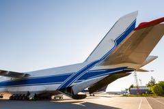 Grande avião branco com linha azul no aeroporto foto de stock