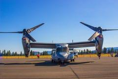 Grande avião de carga com as hélices & a Jet Engine imagens de stock