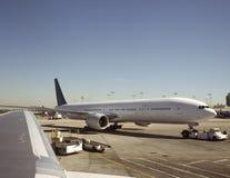 Grande avião que está sendo puxado Fotografia de Stock