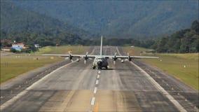 Grande avião tailandês real da força aérea que decola da pista de decolagem do aeroporto de Mae Hong Son filme