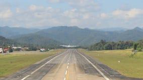 Grande avião tailandês real da força aérea que decola da pista de decolagem do aeroporto de Mae Hong Son video estoque