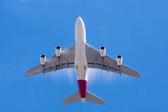 Grande avion de ligne A380 et ciel bleu Photos libres de droits