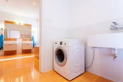 Grande bagno pratico con la lavatrice fotografie stock libere da diritti