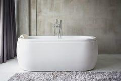 Grande baignoire blanche Photographie stock