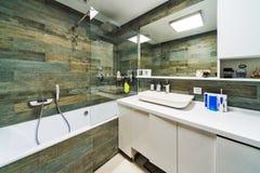 Grande banheiro na casa luxuosa Fotos de Stock