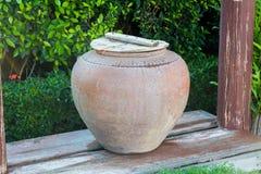 Grande barattolo dell'acqua dell'argilla Fotografia Stock Libera da Diritti