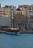Grande barca attraccata sopra dalla città maltese fotografia stock