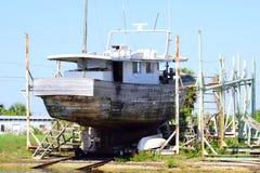Grande barca messa in bacino da acqua Fotografie Stock Libere da Diritti