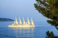 Grande barca a vela moderna Fotografie Stock