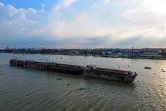 Grande barge adentro el río imagenes de archivo