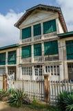 Grande-Bassam, Costa do Marfim - 2 de fevereiro de 2014: Construção colonial velha, resto da colonização francesa foto de stock royalty free