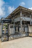 Grande-Bassam, Costa do Marfim - 2 de fevereiro de 2014: Construção colonial velha, resto da colonização francesa imagem de stock royalty free