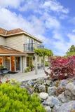 Grande belle maison classique extérieure avec le toit i de cèdre Photos stock