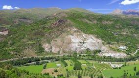 Grande belle vallée dans Pyrénées espagnols, rivière Noguera Pallaresa, près de la sorte de village banque de vidéos