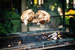 Grande bello pezzo di carne di maiale che cucina sul fuoco aperto, fiamma all'aperto fotografia stock libera da diritti