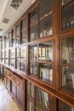 Grande biblioteca de madeira fotos de stock
