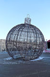 Grande bola do Natal em uma rua de Moscou com iluminação festiva Fotografia de Stock Royalty Free