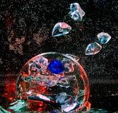 Grande bola transparente de vidro dentro da água com bolhas de ar a Imagens de Stock