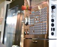 Grande botão no close-up industrial da máquina do painel de controle imagem de stock