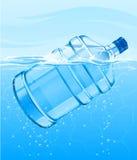Grande bottiglia con nuoto libero della bevanda dell'acqua blu Fotografia Stock