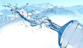 Grande bottiglia di acqua nella spruzzata dell'acqua fotografia stock