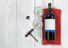 Grande bottiglia di vino rosso sul tovagliolo del servizio con i vetri su bianco Immagine Stock Libera da Diritti