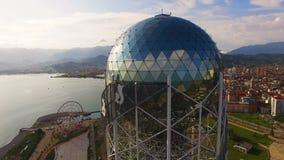 Grande boule argentée dans la couronne de la tour alphabétique Batumi la Géorgie, symbole culturel banque de vidéos