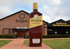 Grande bouteille de Bundy devant la distillerie de rhum de Bundaberg photographie stock