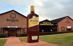 Grande bouteille de Bundy devant la distillerie de rhum de Bundaberg image libre de droits