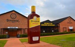 Grande bouteille de Bundy devant la distillerie de rhum de Bundaberg images libres de droits