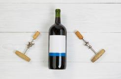 Grande bouteille de vin rouge avec des ouvreurs de vintage photographie stock libre de droits