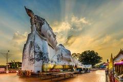 Grande Buddha adagiantesi, in tempio di Wat Satue con il tramonto Ayutthaya, Fotografie Stock Libere da Diritti