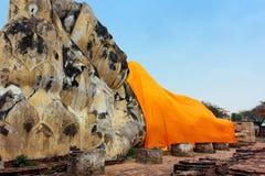 Grande Buddha adagiantesi a Wat Lokaya immagini stock