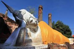 Grande buddha adagiantesi, Wat Yai Chai Mongkol Fotografia Stock Libera da Diritti